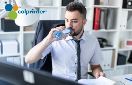 Beber agua constantemente contribuye a la productividad en el trabajo.